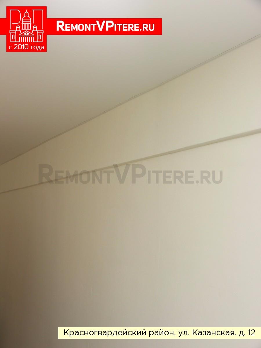 Белый сатиновый натяжной потолок в комнате