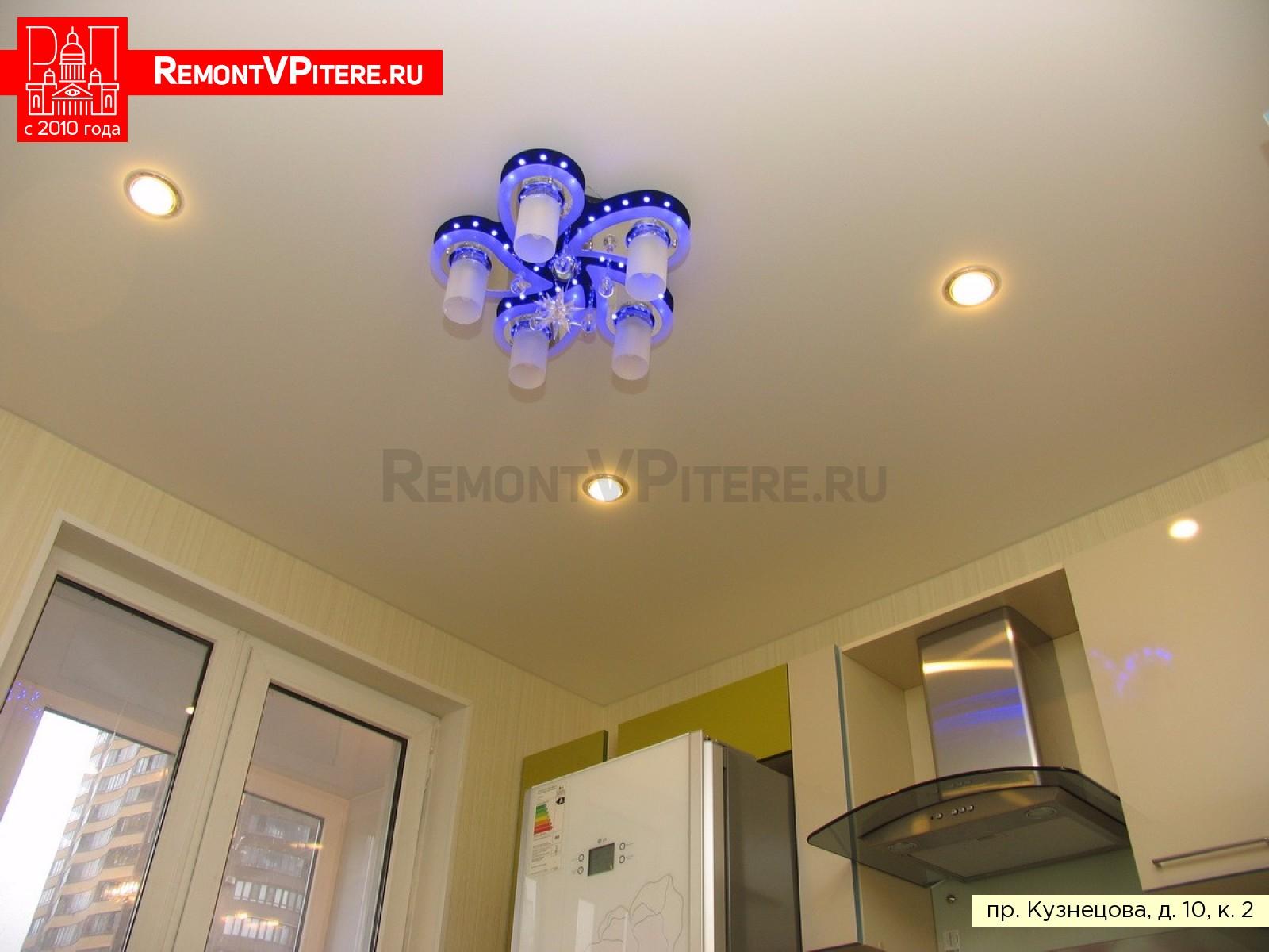 Натяжной потолок с люстрой и четырьмя светильниками