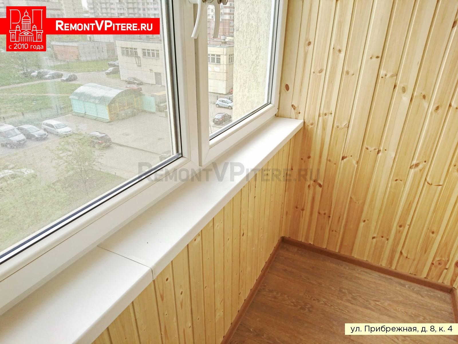 Установленный подоконник на балконе