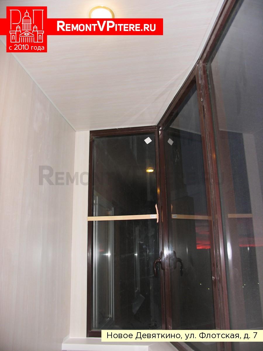 Светильник на балконе на потолке