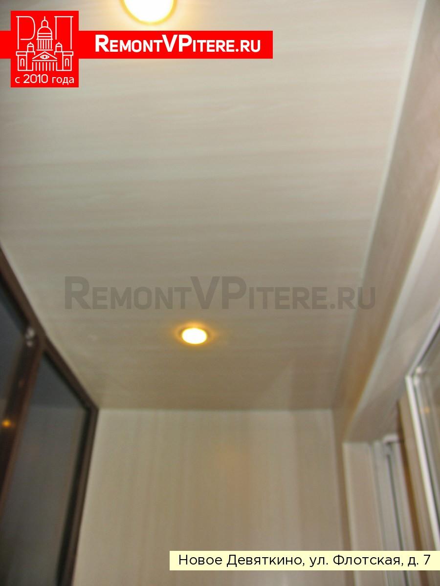 Потолок из цветных пластиковых панелей