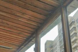 Старый деревянный балкон с протекающей крышей