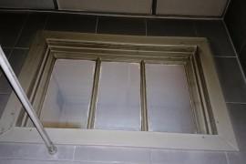 Окно между ванной и туалетом
