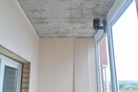 Лазерный уровень помогает в монтаже потолка