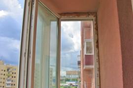 Остекленный балкон до отделки