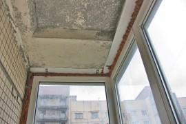 Потолок на балконе без отделки