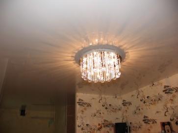 Яркая люстра в натяжном потолке