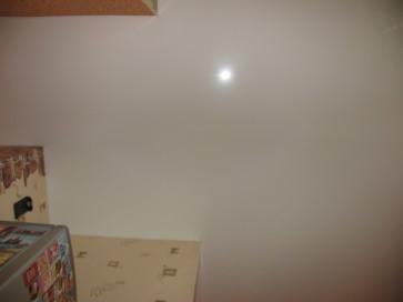 Как выглядит белый глянцевый потолок