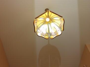 Люстра и встроенные светильники