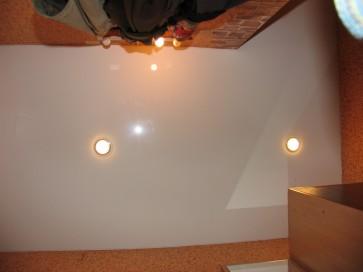 Лаковый натяжной потолок в однокомнатной квартире