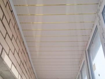 Белая с золотыми полосками панель