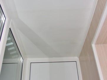 Белая ПВХ панель на потолке балкона