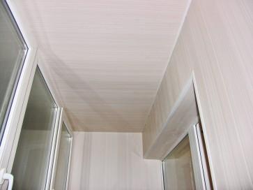 На потолке установили панель Валенсия песочная